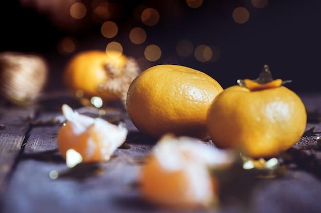 Apetyczny mandarynki zbliżenie na stole. kartka świąteczna