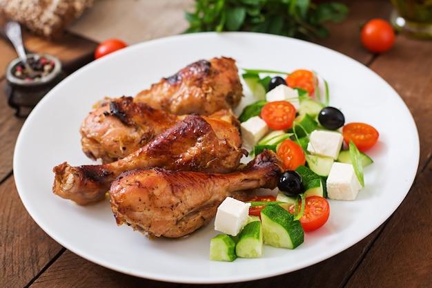 Apetyczny piekarnik pieczone złote puchar kurczaka i sałatka grecka