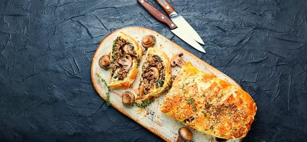 Apetyczny placek grzybowy lub pieczarka. angielska kuchnia domowa. miejsce na tekst