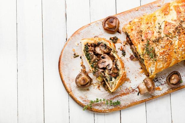 Apetyczny placek grzybowy lub pieczarka. angielska kuchnia domowa.