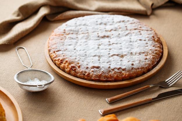 Apetyczny świeżo pieczone słodkie ciasto jagodowe
