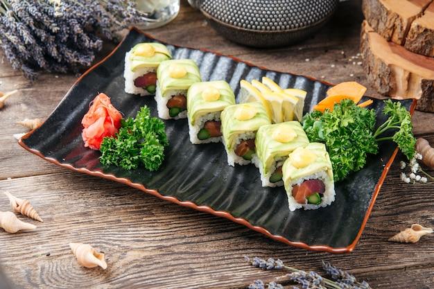 Apetyczny tuńczyk i awokado plastry sushi