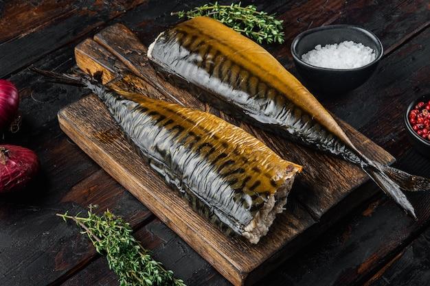 Apetyczny wędzona ryba makrela, na tle stary ciemny drewniany stół