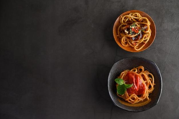 Apetyczny włoski makaron spaghetti z sosem pomidorowym
