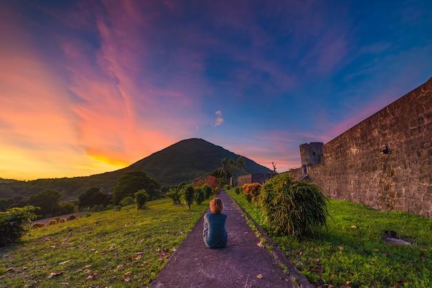 Api wulkan przy zmierzchem, bandaneira fort, maluku moluccas indonezja