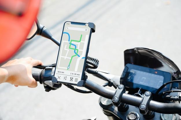 Aplikacja gps w smartfonie zainstalowana na kierownicy motocykla do nawigacji
