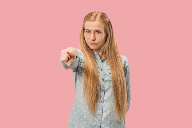 Apodyktyczna kobieta biznesu wskazuje i chce cię, portret zbliżenie połowy długości na różowo.