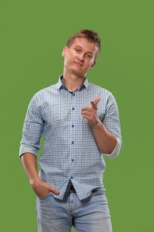 Apodyktyczny biznesmen wskazuje ciebie i chce ciebie, przyrodni długości zbliżenia portret na zielonym tle.