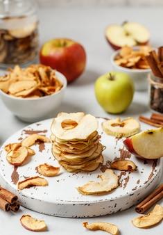 Apple frips suszone jabłka na białym tle