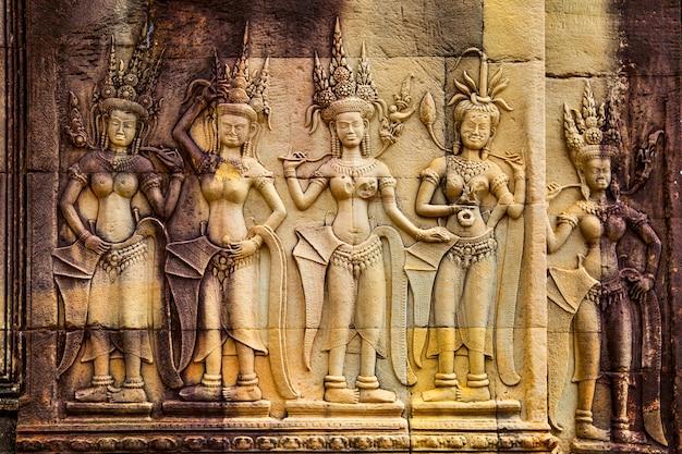 Apsaras - starożytna płaskorzeźba w świątyni angkor wat, kambodża