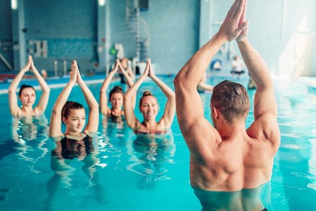 Aqua aerobik w centrum sportów wodnych, basen kryty, wypoczynek rekreacyjny