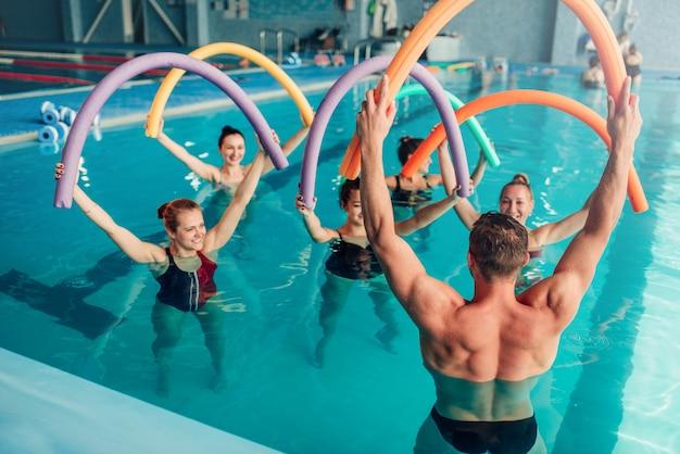 Aqua aerobik, zdrowe sporty wodne, basen kryty, wypoczynek rekreacyjny