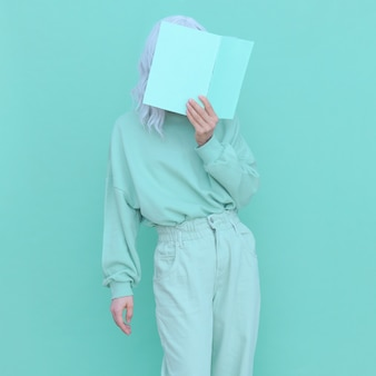 Aqua mentendencje w modzie. wygląd casual dziewczyna minimalna estetyka. kolorystyka monochromatyczna
