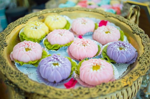 Ar lua to tajski deser zrobiony z mąki cukru i mleka kokosowego uformowany w kwiatowy kształt