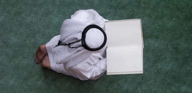 Arab czyta widok z góry na koran