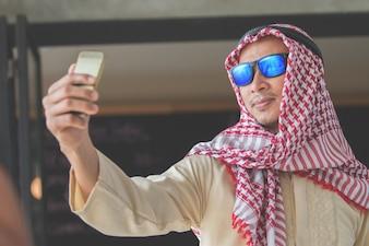 Arabscy ludzie biznesu w spotkaniu przy sklep z kawą
