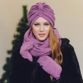 Arabska dama jest ubranym purpurowego hidżab