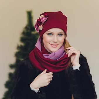 Arabska dama ubrana w czerwoną wełnianą czapkę