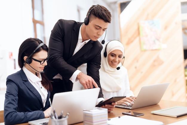 Arabska kobieta pracuje w call center.