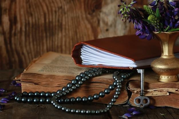 Arabska książka i kwiat