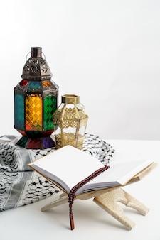 Arabska latarnia na białym tle