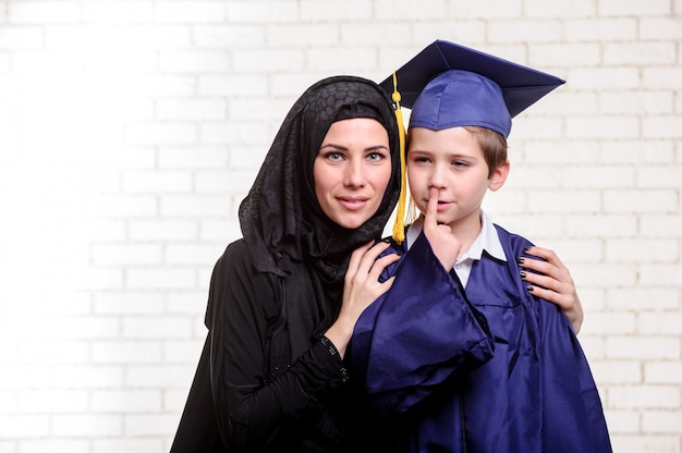 Arabska matka pozuje z absolwentem syna