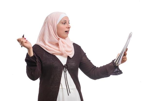 Arabska muzułmańska bizneswoman znalazła rozwiązanie ubrane w tradycyjne stroje islamskie