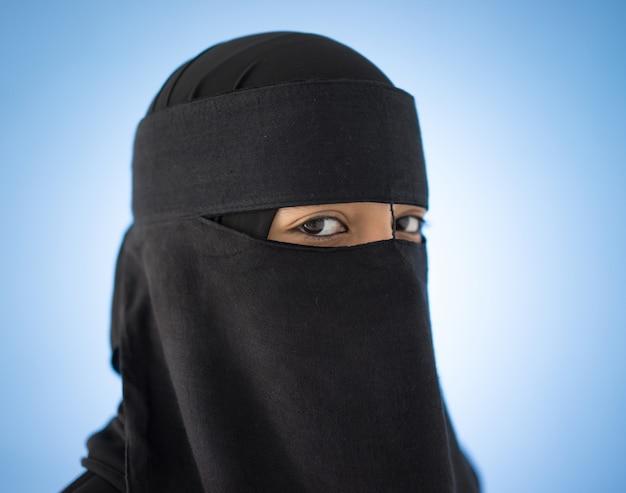 Arabska muzułmańska dziewczyna z przesłoną na twarzy