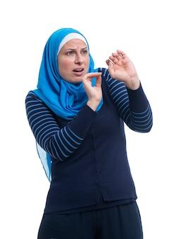Arabska muzułmańska kobieta przestraszona, odizolowywająca na bielu