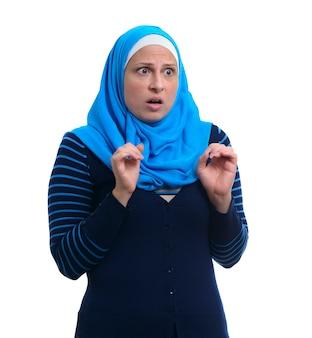 Arabska muzułmańska kobieta przestraszona, odosobniona