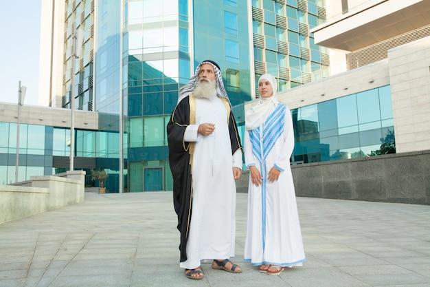 Arabska para z tradycyjnymi ubraniami randki na świeżym powietrzu