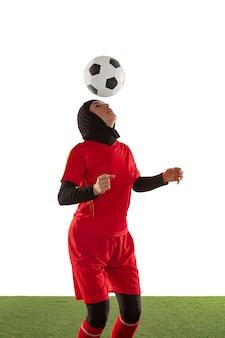 Arabska piłkarz na białym tle na ścianie białego studia