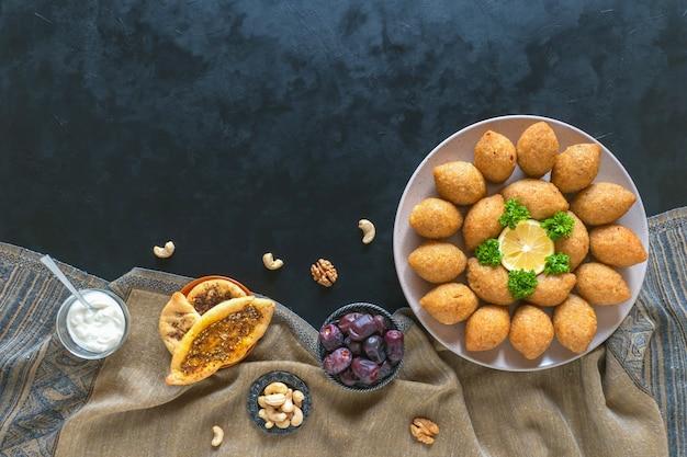 Arabska przekąska mięsna kibbeh. tradycyjny arabski kibbeh z jagnięciną i orzeszkami piniowymi.