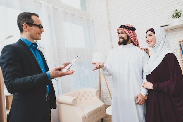 Arabska rodzina i zarządca nieruchomości. człowiek w keffiyeh.