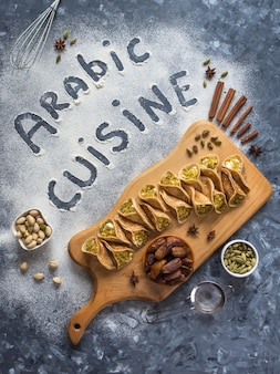 Arabska ściana żywności z napisem w kuchni arabskiej