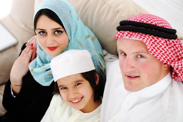Arabska szczęśliwa rodzina w domu
