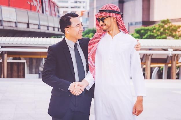 Arabski biznesmen daje uściskowi dłoni jego partner biznesowy na budowie