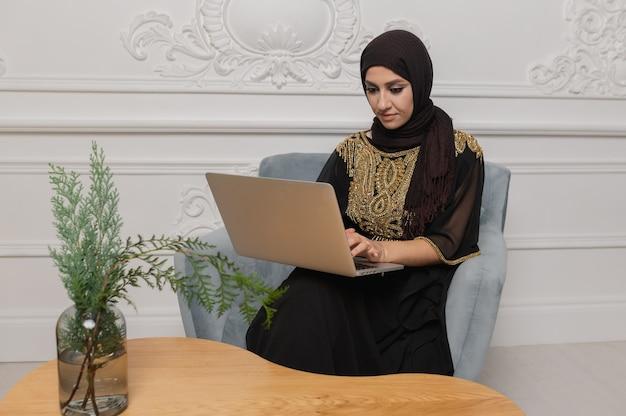 Arabski biznesmen pracuje na komputerze przenośnym w domu. wysokiej jakości zdjęcie