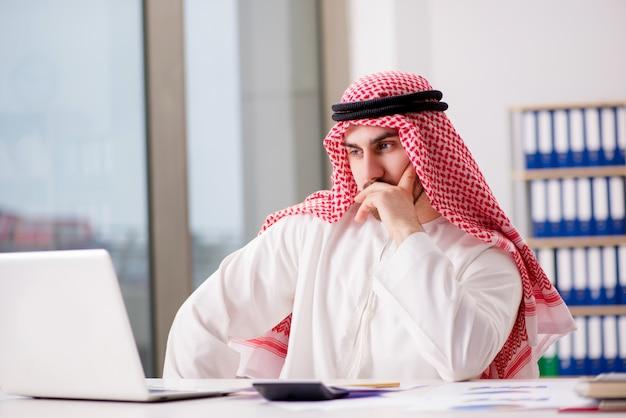 Arabski biznesmen pracuje na laptopie