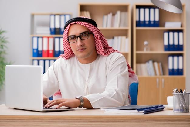Arabski biznesmen pracuje w biurze