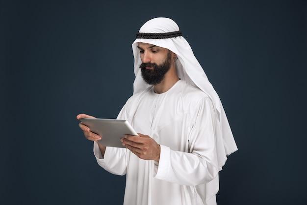 Arabski biznesmen saudyjski na ciemnoniebieskim