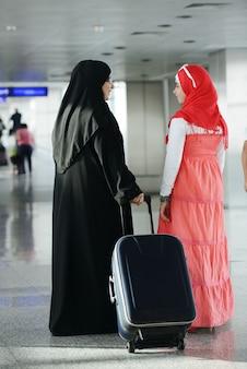Arabski bliskiego wschodu nastoletnia dziewczyna podróżuje, lotniskowy transport