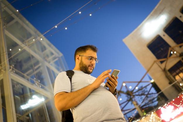 Arabski facet z inteligentny telefon
