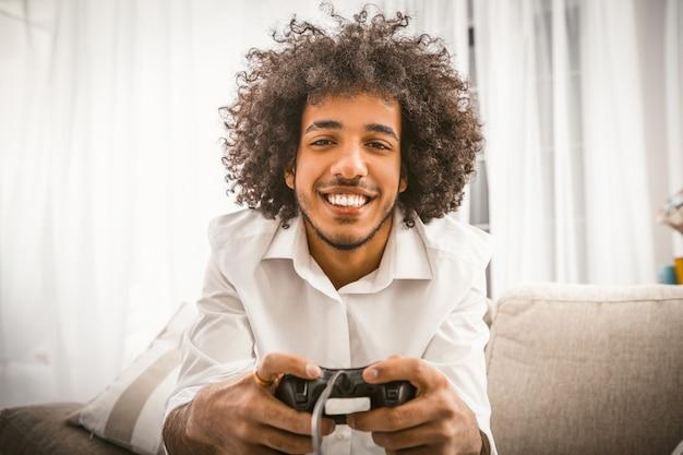 Arabski gej gra w grę komputerową.