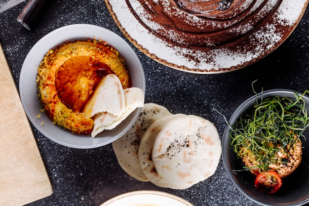 Arabski humus z sałatką z białego chleba i zielonych ziół.