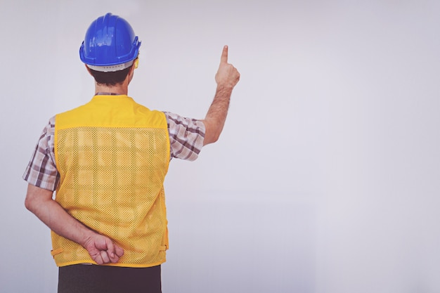 Arabski inżynier człowiek nosić kask niebieski czapkę