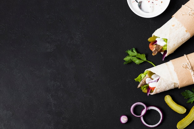 Arabski kebab kanapka na stole czarnej kopii miejsca