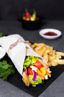 Arabski kebab kanapka wysoki widok