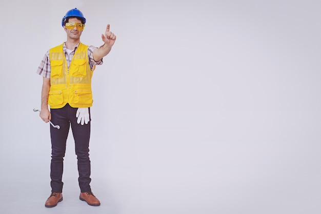Arabski mężczyzna inżynier nosić kask niebieski czapka