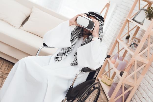 Arabski mężczyzna na wózku inwalidzkim z glasess wirtualnie naprawdę.